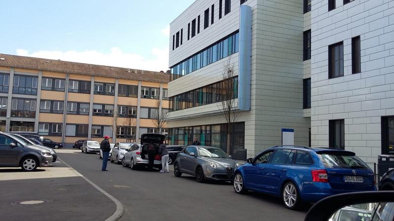 auf dem Parkplatz der Klinik